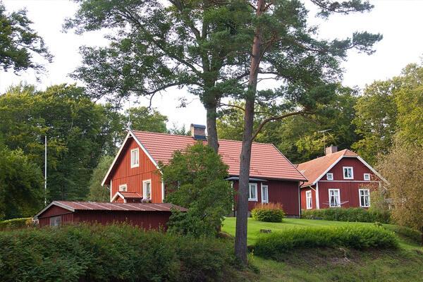 Comme cette simple mais magnifique maison au bardage noir de amandaciurdar, les maisons suédoises sont discrètes de la meilleure façon qui soit. Elles sont aussi souvent conçues pour résister aux éléments, qu'il s'agisse de garder le froid à l'extérieur ou la chaleur à l'intérieur. C'est pourquoi nous avons rassemblé d'autres maisons scandinaves dignes d'éloges que vous allez adorer.